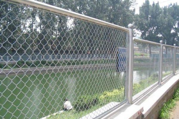 cửa cổng lưới b40